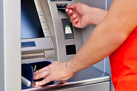 По каким причинам банкомат может изъять карту и что в таком случае делать