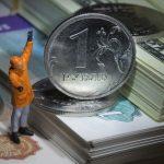 Рубль признали самой быстро дешевеющей валютой развивающихся стран